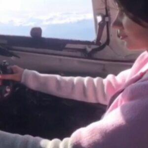Полиция Якутии проверяет видео из соцсетей, на котором пилот посадил девушку за штурвал самолета Ан-24